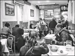 ?? SAMUEL ARANDA / THE NEW YORK TIMES ?? Food is served in the Robin Hood restaurant in Madrid, Spain. Poor people are served by waiters, an effort to help them regain a sense of dignity that is hard to achieve when eating in a soup kitchen.