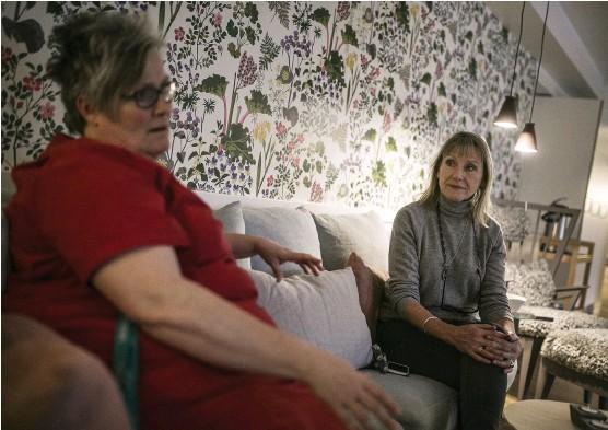 ?? Bild: ANDREAS OLSSON ?? LUGN. Katarina Johansson och Lillbritt Svärd berättar att Regnbågen med enbart palliativ vård är en stor tillgång för Trollhättan och Vänersborg. De menar att det finns en annan ro än på ett boende där palliativa patienter blandas med andra patienter.