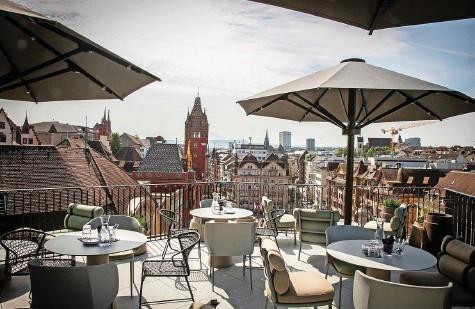 ?? Foto: Nicole Pont ?? Neue Hotels wie der Märthof am Marktplatz beleben die Basler Hotellerie. Davon profitieren in erster Linie die Gäste.