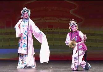 ??  ?? 京剧作为中国的国粹,深受当地民众的欢迎