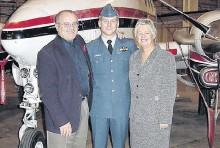 ?? CONTRIBUTED ?? Capt. Steve MacDonald, centre, with parents Daryl and Alice MacDonald.
