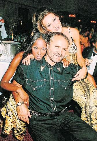 ?? Versace se supermodelkami Naomi Campbellovou (vlevo) a Carlou Bruniovou. FOTO PROFIMEDIA ?? V objetí krásných žen.