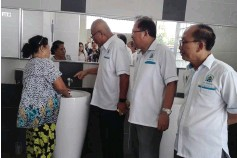 ??  ?? Yii (third right) talks to a janitor to get direct feedback on the public toilet at Miri Bus Terminal. Also seen from right are Cr Abdullah Jaini and Cr Peter Chia.