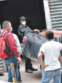 ?? FOTO: ALEX PÉREZ ?? Familiares retiraron ayer el cuerpo de Medicina Forense.