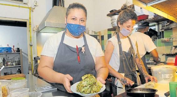 ?? FERNANDO DE LA ORDEN ?? En Colegiales. Mariana Tejerina y parte de su equipo en la cocina de Catalino. El restaurante lo comanda su hermana Raquel.