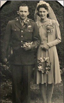 ?? COURTESY OF LORETTA BARNES ?? Earl and Dorothy Ibach were married in London during World War II in 1945. They celebrated their 75th wedding anniversary in 2020.