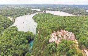 ?? EIFEL KREUTZ/GETTY IMAGES ?? Ha Ha Tonka State Park at the Lake of the Ozarks in Missouri features castle ruins from the early 20th century.