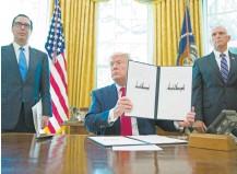 ??  ?? El presidente Donald Trump firmó, en la Oficina Oval de la Casa Blanca, la orden ejecutiva para aumentar las sanciones contra Irán.