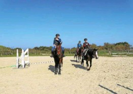 ??  ?? Ces jeunes cavaliers et cavalières profitent de leurs vacances pour s'initier ou se perfectionner à l'équitation.