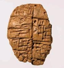 ?? MYNDIR/GETTY. ?? Leirtafla þessi sem rist er cuneiform ritmáli fannst í uppgreftri á Nippir í Mesópótamíu. Taflan er líklega frá 2600–2350 f. Kr. Upplýsingarnar segja til um dreifingu koparhnífa og tilgreinir hnífaúthlutun til einstaklinga.