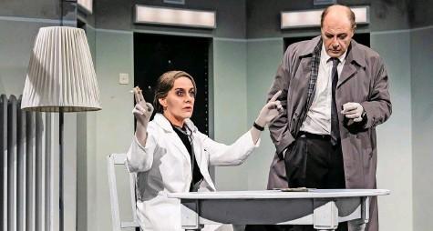 ?? Foto: Ingo Hoehn ?? Irrenärztin von Zahnd (Carina Braunschmidt) zeigt Andrea Bettinis Inspektor an, wer in ihrem Sanatorium das Sagen hat.