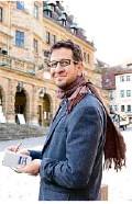 ??  ?? Schriftsteller Leonhard F. Seidl macht sich Notizen.