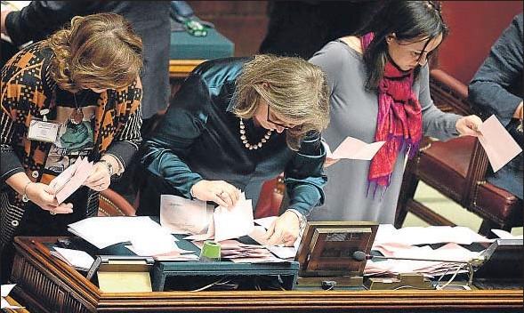 ?? FILIPPO MONTEFORTE / AFP ?? Empleadas del Parlamento italiano cuentan papeletas en el segundo día de votaciones para elegir al nuevo presidente del país