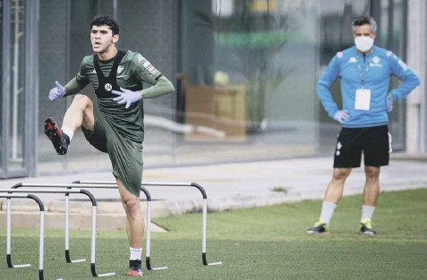 ?? PICTURE: FERNANDO RUSO/AFP VIA GETTY ?? 0 Real Betis midfielder Carles Alena taking part in a training session in Seville yesterday.