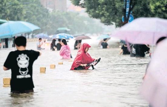 ??  ?? El centro anegado de Zhengzhou, la capital de la provincia de Henan, con diez millones de habitantes
