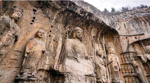 ??  ?? 奉先寺洞窟中的佛像各自独立而又浑然一体,代表了中国石窟造像艺术的最高峰