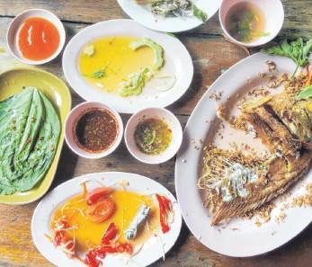 ?? FOTO: PKANCHANA/IMAGO IMAGES ?? Benutztes Geschirr auf einem Esstisch: Nach Monaten erzwungener Betriebsruhe kann es für Gastronomen und Hoteliers endlich wieder losgehen. Doch vielerorts fehlen die Mitarbeiter.