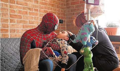?? CEDIDA POR MATTIA VILLARDITA ?? 0 Mattia Villardita, disfrazado de Spiderman, con el pequeño Matteo en brazos.