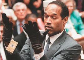 ??  ?? Otro elemento clave fueron unos guantes con sangre hallados en la escena del crimen. Al probárselos en el juicio, a O.J. no le entraron pues tenía las manos inflamadas.