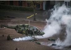 ??  ?? TEATRALISKT. Helikoptern var preparerad med en rökmaskin och blodiga offer.