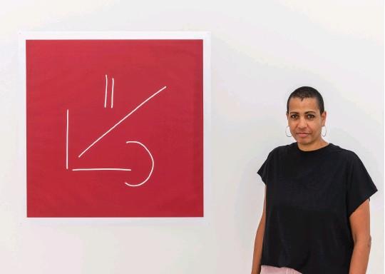 ??  ?? Helen Cammock in the Che si può fare exhibition space. Photo Emiliano Barbieri. Courtesy Collezione Maramo
