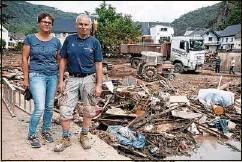 ??  ?? Maria und Wolfgang Günzel harrten in der Flutnacht auf dem Dach ihres Hauses aus, das die Wassermassen zerstört haben.