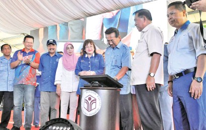 ??  ?? Musa (third right) officiating at the Sabah Foundation With The People Roadshow at the Tawau Municipal Council town field yesterday.