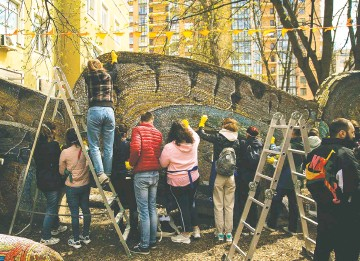 ??  ?? Реставрируя «Рыбку», волонтёры часами возятся с каждым маленьким кусочком смальты.
