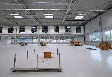?? Fotos: Raphael Moser ?? Noch sind Hallen und Büros der Afag in Zell (LU) leer. Auf dem Sockel im Vordergrund wird ein Kran montiert.