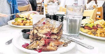?? PATRICK CONNOLLY/ORLANDO SENTINEL ?? Breakfast at Briarpatch Restaurant in Winter Park involves raspberry and brie French toast and California benedicts.