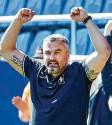 ?? Foto: dpa ?? VfL‰Trainer Thomas Reis freut sich über das 5:1 gegen Regensburg.