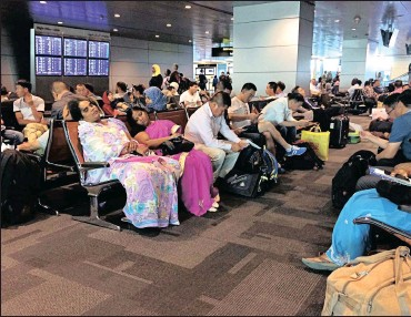??  ?? Passengers of cancelled flights wait at Hamad Internatio­nal Airport in Doha, Qatar, on Tuesday. Qatar's foreign minister says Kuwait is trying to mediate a diplomatic crisis in which Arab countries have cut diplomatic ties and moved to isolate his...