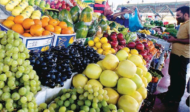 ?? Kamal Kassim/gulf Today ?? ↑ Fruity delights on show at the Al Aweer Central Fruit and Vegetable Market in Dubai.
