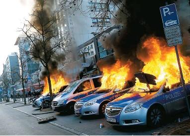 ??  ?? Les Affrontements ont été pArticulièrement violents tôt hier mAtin dAns le centre-ville de FrAncfort Alors que des mAnifestAnts ont incendié des Autos-pAtrouille.