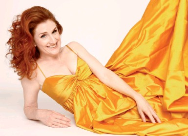 ??  ?? Bio Laura Claycomb, soprano, è nata in Texas nel 1968 ma da molti anni vive a Torino. Ha cantato in prestigiosi teatri d'opera e ha vinto numerosi premi, fra questi il Maria Callas nel 2111 per cantanti debuttanti e tre Grammy per l'incisione della Ottava Sinfonia