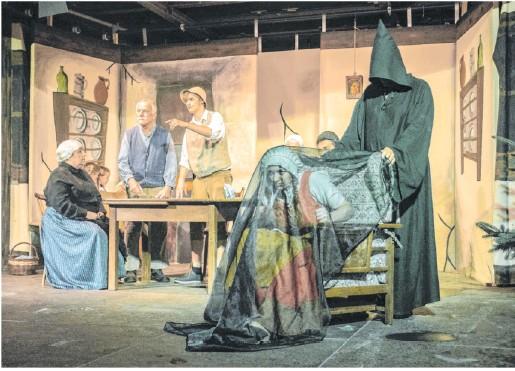 """?? Foto: Wilfried Schön ?? Das """"Mädchen von Orlach""""erzählt eine Legende, die sich in dem kleinen Dorf bis heute hält. Das Braunsbacher Laientheater nimmt sich bei seinen Vorstellungen dieses Themas an."""