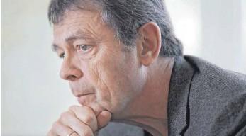 """?? FOTO: SUSANNA SAEZ/DPA ?? """"Spiegel unseres Schmerzes""""heißt das neue Buch des französischen Autors Pierre Lemaitre."""