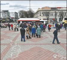 ?? (AP/Alexander Polegenko) ?? People line up to get a shot of Russia's Sputnik V coronavirus vaccine in a mobile vaccination center in Simferopol, Crimea.
