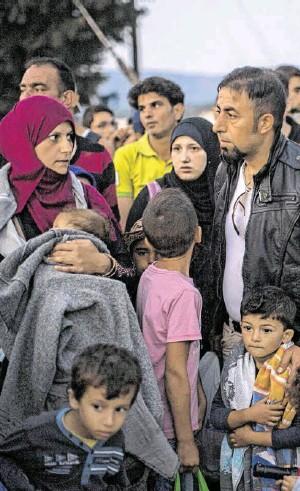 ?? BILD: SN/AP ?? Syrische Flüchtlinge auf ihrem Weg nach Europa in Mazedonien.