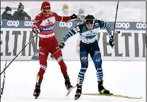 ??  ?? Le Russe Alexander Bolshunov (à g.) a agressé le Finlandais Joni Maeki.
