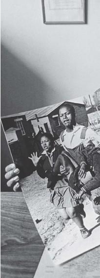 ??  ?? Photographer Sam Nzima holds his iconic image of Hector Pieterson, ta