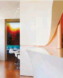 ??  ?? LEFT: Virgin Atlantic Clubhouse. Los AngelesRIGHT: Singapore Airlines' Silverkris lounge, Changi