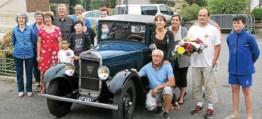 ??  ?? Des bénévoles et des représentants de la commune ont déposé des fleurs au monument. Une façon de se souvenir de ceux qui ont créé et fait vivre les fêtes locales.