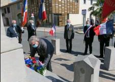 ??  ?? Henri Gleizes dépose la gerbe au monument aux morts sous les drapeaux