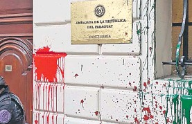 ??  ?? Le sede de la Embajada de Paraguay en Argentina fue nuevamente dañada ayer por el vandalismo provocado por manifestantes.