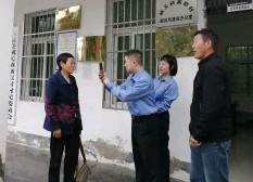 """??  ?? 检察干警在开展""""三下""""过程中协助村民办理养老保险网上认证。"""