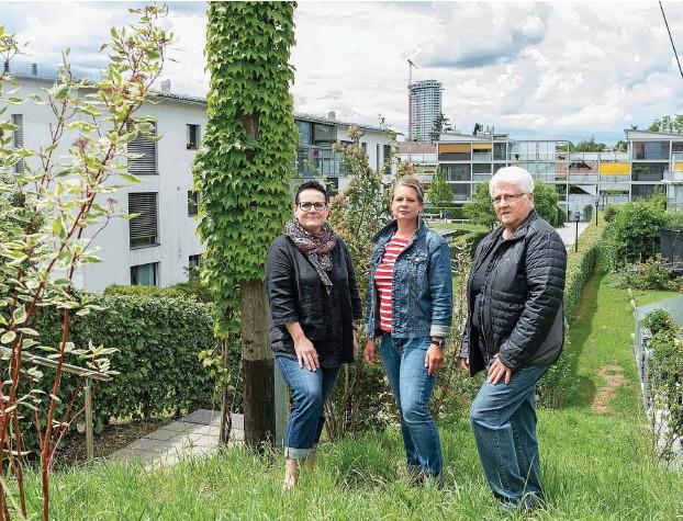 ??  ?? Unzufrieden: Therese Engi (Bewohnerin), Manuela Lanz (Verwalterin) und Erika Spring (Bewohnerin) (v.l.) kämpfen mit einer kaputten Wärmepumpe und den städtischen Energiebetrieben.