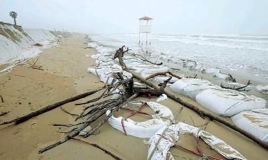 ?? Cancellata ?? La spiaggia «mangiata» dal mare. Le onde hanno raggiunto i 2,5 metri di altezza
