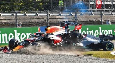 ?? Foto: J. Lorenzini, Reuters/ntb ?? Max Verstappens Red Bull landet over Lewis Hamiltons Mercedes i sammenstøtet.