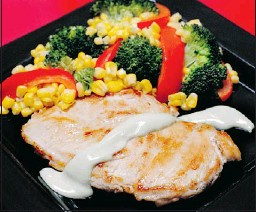 ??  ?? Pan-roasted chicken gets a spicy jolt from a drizzling of wasabi with mayonnaise. — MCT